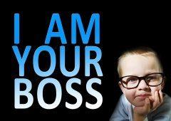immagine scherzosa di un bambino con gli occhiali come manager. uno dei due tipi di capo nelle risorse umane